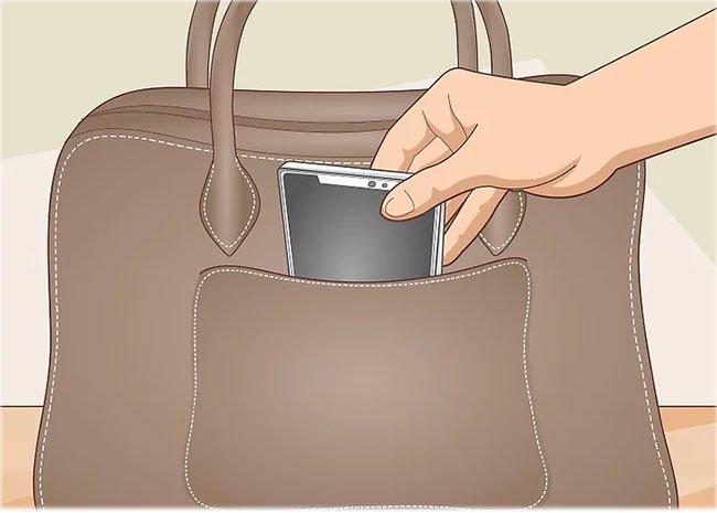 Để điện thoại trong một túi riêng
