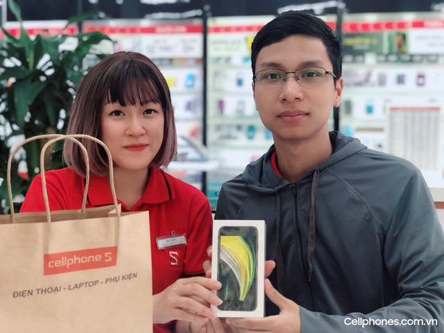 """iPhone SE 2020 """"âm thầm"""" mở bán, vượt kì vọng số lượng cọc tại CellphoneS - Ảnh 2."""