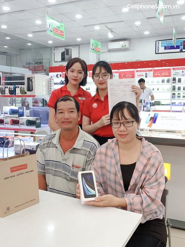 """iPhone SE 2020 """"âm thầm"""" mở bán, vượt kì vọng số lượng cọc tại CellphoneS - Ảnh 4."""