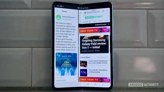 """Smartphone màn hình gập """"giá rẻ"""" Samsung Galaxy Fold Lite sẽ có giá 900 USD, ra mắt vào năm 2021 - Ảnh 1."""