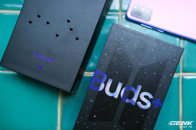 Mở hộp tai nghe Galaxy Buds+ phiên bản BTS: Hộp sản phẩm to bất ngờ, bóc mỏi tay mới biết có nhiều quà kèm theo dành cho A.R.M.Y - Ảnh 2.
