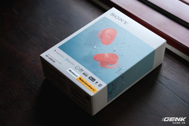 Mở hộp tai nghe Sony WF-SP800N: Màu sắc trẻ trung, chống ồn chủ động, kháng nước và mồ hôi khi tập luyện thể thao, giá 4,79 triệu đồng - Ảnh 1.