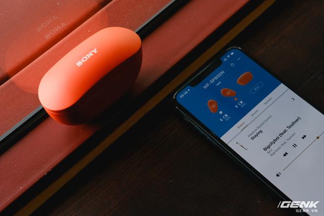 Mở hộp tai nghe Sony WF-SP800N: Màu sắc trẻ trung, chống ồn chủ động, kháng nước và mồ hôi khi tập luyện thể thao, giá 4,79 triệu đồng - Ảnh 12.