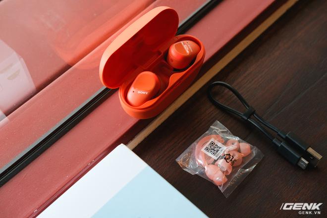 Mở hộp tai nghe Sony WF-SP800N: Màu sắc trẻ trung, chống ồn chủ động, kháng nước và mồ hôi khi tập luyện thể thao, giá 4,79 triệu đồng - Ảnh 4.