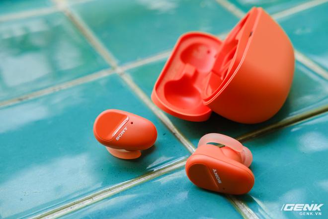 Mở hộp tai nghe Sony WF-SP800N: Màu sắc trẻ trung, chống ồn chủ động, kháng nước và mồ hôi khi tập luyện thể thao, giá 4,79 triệu đồng - Ảnh 8.