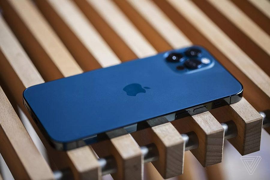 iPhone 12 Pro như một tấm kim loại nguyên khối được cắt phẳng.