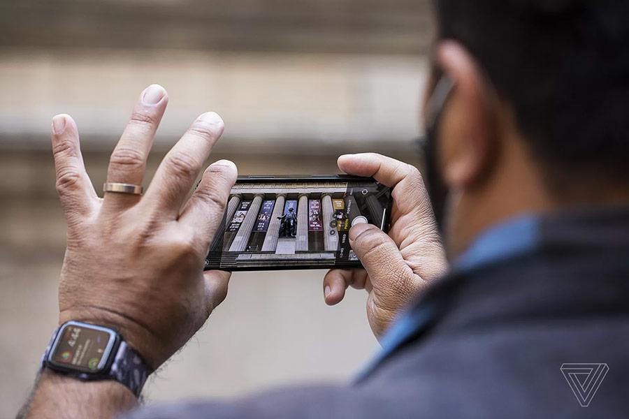 Người dùng chỉ cần giơ máy lên chụp ảnh, phần còn lại để iPhone 12 Pro tự xử lý.