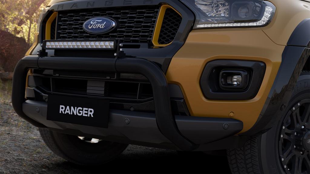 Ranger Wildtrak X được trang bị đèn chiếu sáng Bi-LED. Tương tự Everest BaseCamp ra mắt cách đây chưa lâu, Ford bổ sung cản trước cỡ lớn và một thanh LED trợ sáng dài 20,5 inch gắn ngay phía trên.