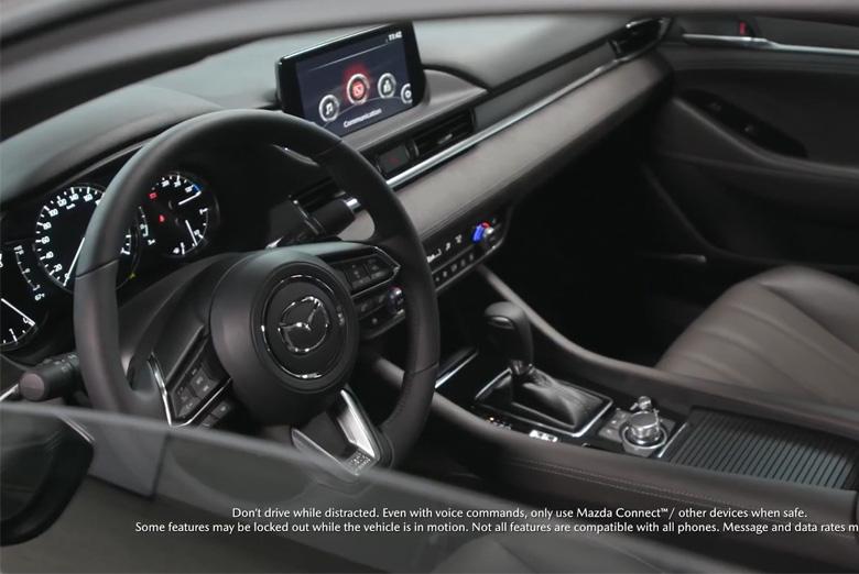 Vô lăng sử dụng trên Mazda 6 2021 là vô lăng bọc da 3 chấu thể thao, bên trên tích hợp thêm khá nhiều nút điều chỉnh mà tài xế thường hay sử dụng để giúp cho việc lái xe được an toàn hơn.
