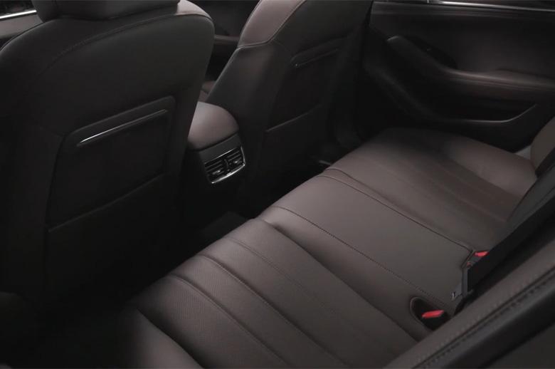 Khoang hành khách trên Mazda 6 2021 có độ rộng vừa đủ dùng, chỗ để chân rộng rãi và thoải mái cho 2 người mặc dù bố trí 3 gối tựa đầu