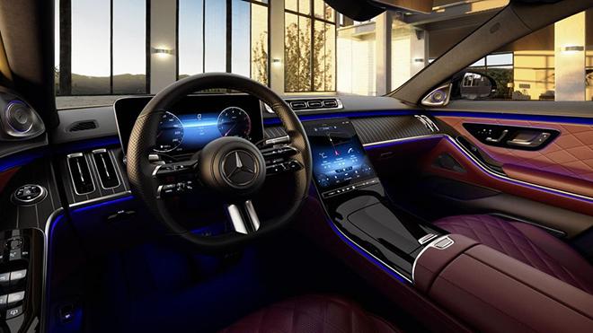 Nội thất chiếc Mercedes-Benz S 500 L 2021 này được chủ nhân lựa chọn tông màu chủ đạo là đỏ-đen tạo sự tương phản.