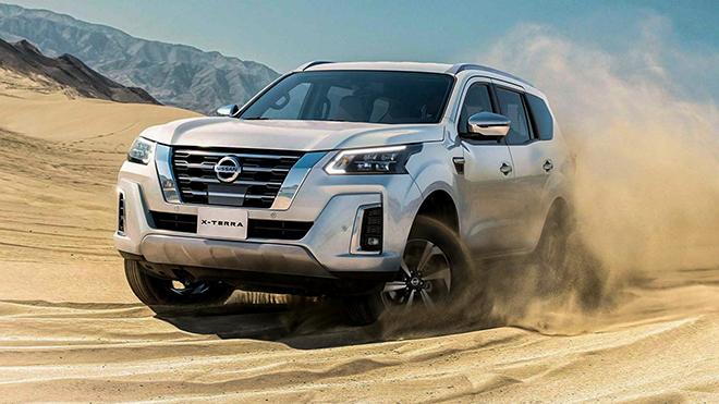"""Khác với nhiều dự đoán trước đó cho rằng Nissan Terra 2021 sẽ có thiết kế giống mẫu xe bán tải Navara 2021. Tuy nhiên, Nissan Terra 2021 mang thiết kế mới khác biệt, trông như một thế hệ hoàn toàn mới. Những thay đổi được Nissan thực hiện trên Nissan Terra 2021 chủ yếu tập trung vào phần đầu xe. Trong đó bao gồm: Đèn pha thiết kế mới, lưới tản nhiệt phía trước thiết kế mới, cản trước thiết kế mới, đèn hậu, cản sau, bộ mâm xe hợp kim thiết kế mới.  Đuôi xe Terra 2021 cũng được thiết kế lại, cụm đèn hậu đồ họa lại với 2 đường viền LED sắc sảo. Riêng thanh crome nối liền 2 cụm đèn hậu trông không được ăn khớp với tổng thể đuôi xe cho lắm. Đặc biệt, nội thất bên trong còn được """"đập đi xây lại"""" với bảng điều khiển phía trước và vô lăng thiết kế mới nhìn đẹp mắt hơn hẳn. Nội thất Nissan Terra 2021 nổi bật với vô lăng 3 chấu thiết kế mới, hệ thống thông tin giải trí sử dụng màn hình cảm ứng 9 inch mới đang sử dụng trên X-Trail 2021 tại Mỹ."""