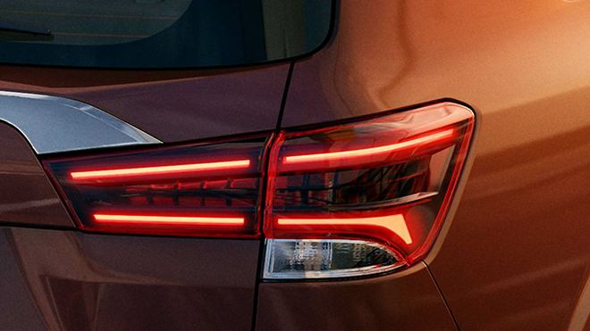 """Bảng táp lô được thiết đa tầng, bọc da, cửa gió dạng tròn biến mất thay vào là kiểu đẹp mắt hơn. Cụm cần số và các nút bấm cũng được tái thiết kế tinh tế hơn. Nissan Terra 2021 được trang bị màn hình giải trí 11 inch ở phía sau với đầu vào HDMI đáp ứng giải trí cho cả gia đình, trong khi người ngồi ở hàng ghế thứ hai và thứ ba điều có cửa gió điều hoà được bố trí trên trần xe.  Thậm chí tại thị trường Trung Đông, Terra 2021 còn có tùy chọn 2 màn hình giải trí cho hàng ghế sau gắn trên lưng ghế trước tương tự như các mẫu SUV sang như LX570 hay Mercedes GLS. Nissan cũng mang ghế """"Không trọng lực"""" lắp cho hàng ghế trước trên Terra 2021, hứa hẹn sẽ giảm bớt sự mệt mỏi trong những chuyến hành trình kéo dài. Trong khi hàng ghế thứ hai và thứ ba được đặt cao, bố trí theo kiểu rạp hát để người ngồi dễ quan sát, bao gồm xem màn hình giải trí."""