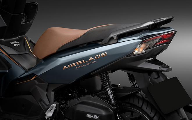 phiên bản Honda Air Blade 125cc 2021 phiên bản đặc biệt được bổ sung màu đen liền khối thay vì các mảng vàng đồng như trước.
