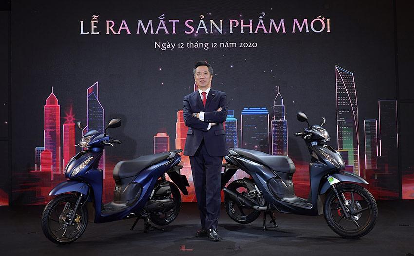 Ông Keisuke Tsuruzono - Tổng giám đốc Honda Việt Nam bên cạnh Honda Vision 2021.