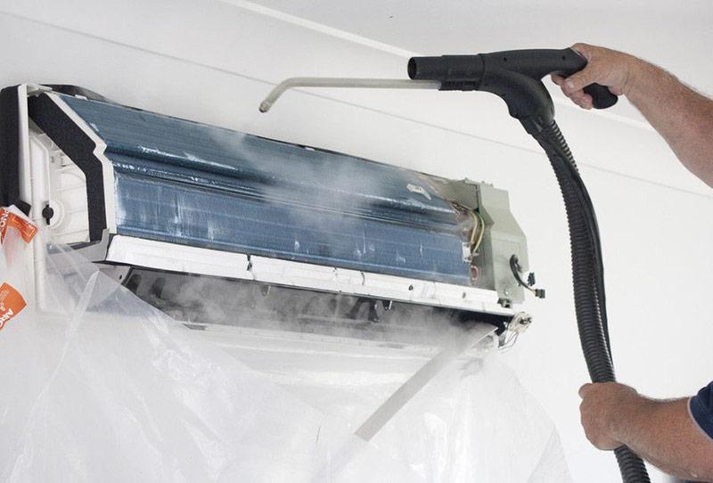 Dùng vòi xịt rửa phần dàn lạnh ống đồng