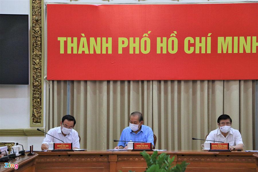Bí thư Nguyễn Văn Nên (bên trái), Phó thủ tướng Thường trực Trương Hòa Bình (giữa) và Chủ tịch UBND TP.HCM Nguyễn Thành Phong (bên phải) tại cuộc họp sáng 30/5. Ảnh: Thu Hằng.